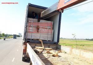 Bàn giao container hàng tấm da cửa 3mm cho đơn vị đối tác tại Phúc Thọ, Hà Nội